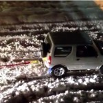 スズキの軽四駆ジムニーの底力!関東の大雪でスタックしたトラック車両をけん引して救出する動画がネットで話題に!
