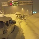 2014年2月15日DQN大雪!中央道大月インター付近の現在がヤバイ!車数百台が埋まる