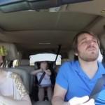 彼女、家族とのドライブデートでの新しい遊び方!!『アナと雪の女王』歌詞を思いっきり口パクで熱唱!